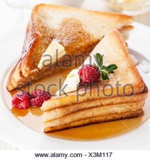 Du pain perdu aux framboises, sirop d'érable et de beurre Banque D'Images