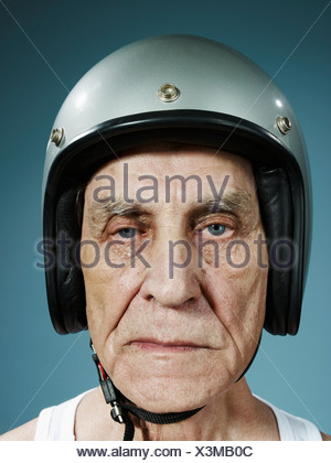 Un tir d'un sourcils hauts homme portant un casque de protection Banque D'Images