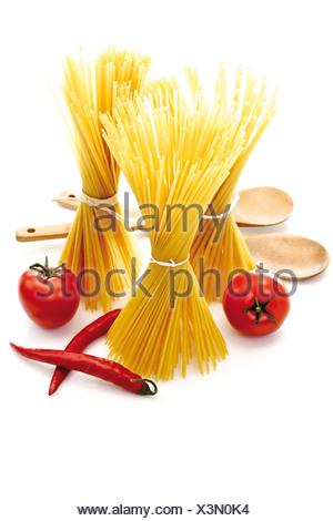 Des paquets de pâtes, tomates et piments Banque D'Images