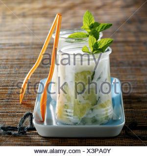 Dans les pots de yaourt Tzatziki Banque D'Images
