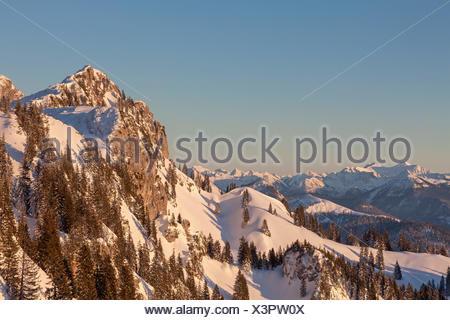 Vue depuis le Idealhang Achselköpfen à montagne Brauneck au fond, gamme Wetterstein avec Zugspitze, Lenggries, Haute-Bavière, Bavière, Allemagne Banque D'Images