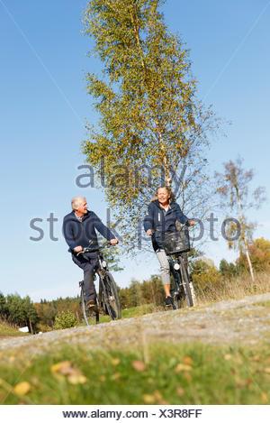 La Suède, Sodermanland, homme et femme, randonnée à vélo Banque D'Images