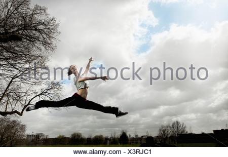 Femme saut ballet Banque D'Images