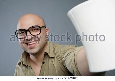 Homme chauve avec une tasse de thé