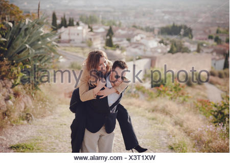 L'homme et de la femme faisant Piggyback Ride Banque D'Images