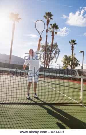 Senior male tennis player jouant sur cour Banque D'Images