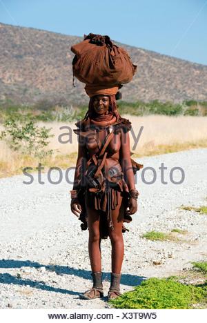 Avec une femme Himba laod sur sa tête, la Namibie