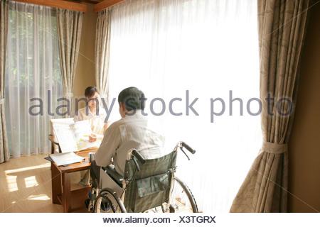 Homme de rencontre en fauteuil roulant