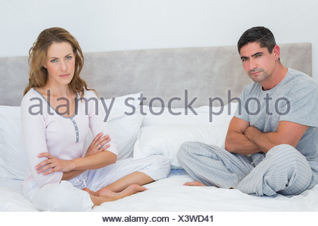 Malheureux couple in bed Banque D'Images