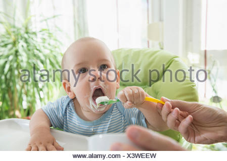 Nourrir bébé l'alimentation de la mère à son bébé garçon avec une cuillère, Munich, Bavière, Allemagne