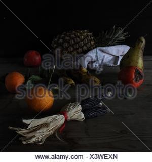Fruits sur le tableau sur fond noir Banque D'Images