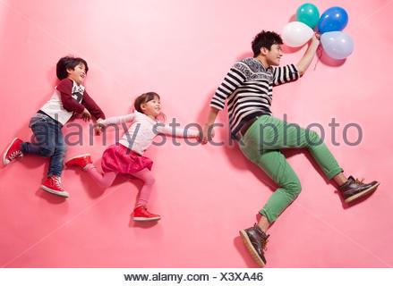 Le père prit son fils et sa fille à jouer Banque D'Images