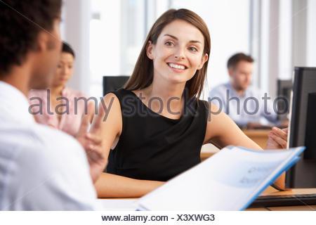 Nouvel employé commence à travailler dans la région de bureau actif Banque D'Images
