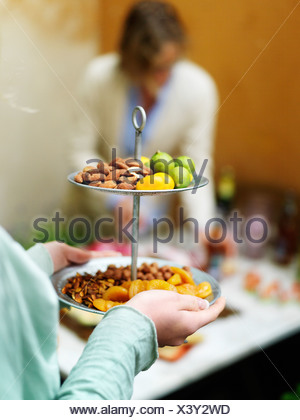 Close up of woman dessert de fruits et noix Banque D'Images