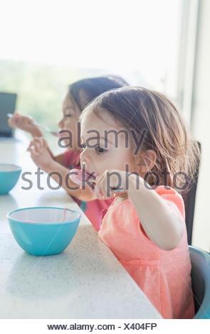 Sœurs manger le petit déjeuner ensemble Banque D'Images