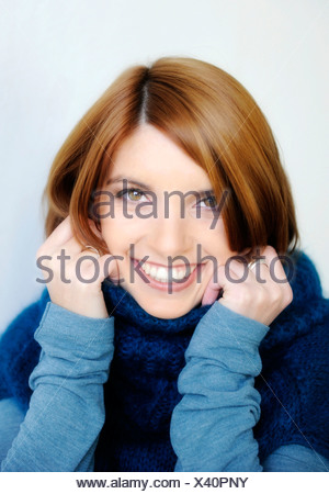 ... portrait Banque D Images Jeune femme portant un chandail à col roulé,  portrait · Femme à l intérieur portrait d hiver froid habillé de rire cap  hat ... 652130475df