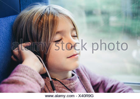 Boy listening to music Banque D'Images
