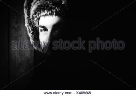 Portrait d'un homme avec tête de Chapon Fourrure Banque D'Images