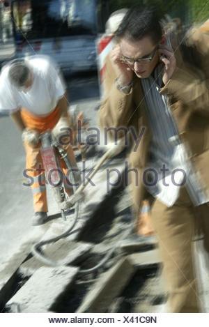 La construction de routes, travailleur, marteau pneumatique, passant, oreilles garder fermée, travailleur de la construction routière de flou, l'homme, de travail, de goudron, de pavage, d'asphalte, Stemmhammer, Outil pneumatique, arrêt anormal howler, risque pour la santé, des arthralgies, des effets tardifs, les piétons, l'homme, g Banque D'Images