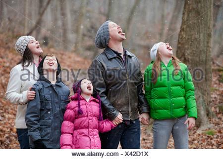 Une famille attraper des flocons sur leurs langues; Grimsby, Ontario, Canada Banque D'Images