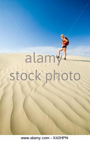Girl hiking dans les grandes dunes de la Saskatchewan, près de Sceptre, Saskatchewan, Canada Banque D'Images