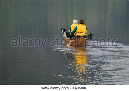 Les pagayeurs dans un canot sur Muchalat lac près de Gold River, l'île de Vancouver, Colombie-Britannique, Canada. Banque D'Images