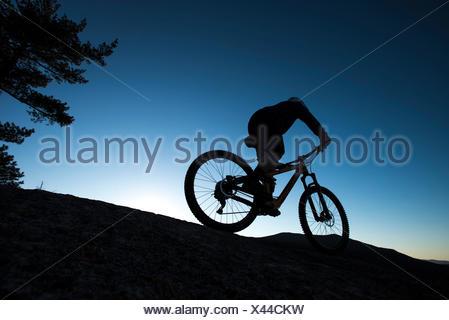 Alex Leich VTT sur les Minimums de granit de Whitehorse Ledge dans North Conway, New Hampshire Banque D'Images