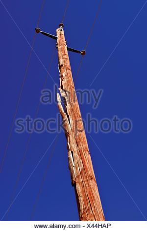 Poteau électrique en bois avec des dommages de foudre, Arizona, États-Unis Banque D'Images