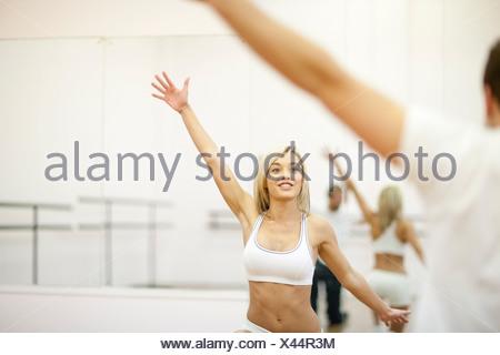 Jeune femme en formation aérobie gym Banque D'Images