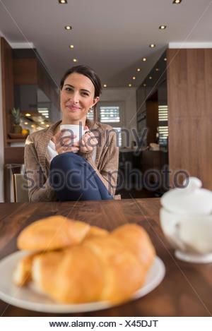 Mid adult woman at table de petit déjeuner, Munich, Bavière, Allemagne