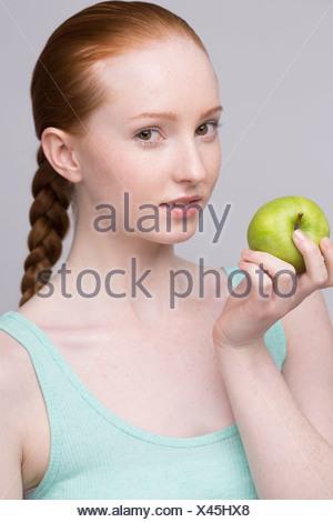 Portrait de jeune femme, holding green apple
