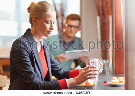 Businesswoman having lunch dans un restaurant Banque D'Images