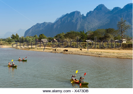 Canoë-kayak sur la rivière Nam Song, montagnes karstiques au dos, Vang Vieng, Vientiane, Laos, Indochine, Asie Banque D'Images