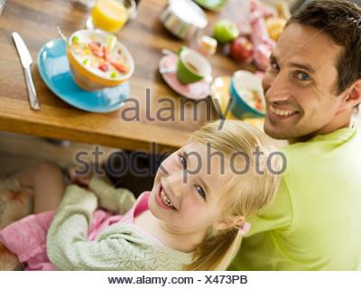 Père et fille à la table du petit déjeuner Banque D'Images