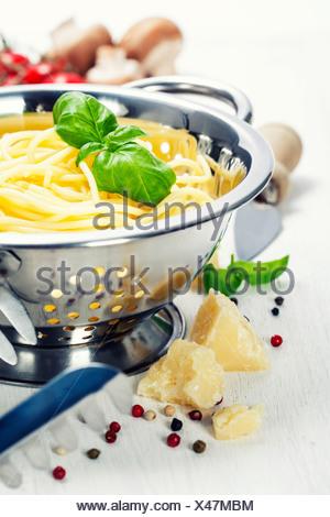 Spaghetti fraîchement préparés avec des ingrédients italiens Banque D'Images