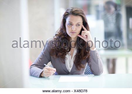 Les jeunes ont souligné businesswoman in office Banque D'Images