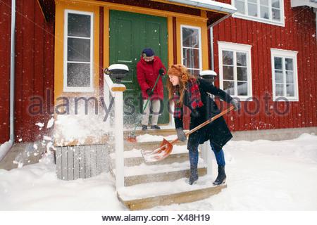 Jeune femme dame plus âgée aidant Banque D'Images