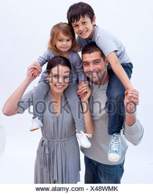 Les parents qui permet aux enfants des tours de ferroutage Banque D'Images