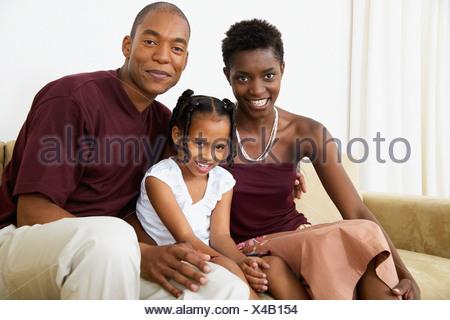 Family sitting on sofa Banque D'Images