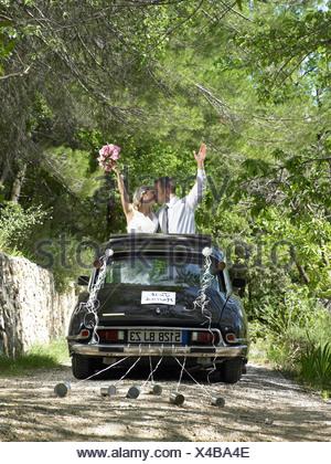 Bride and Groom kissing en voiture de mariage Banque D'Images