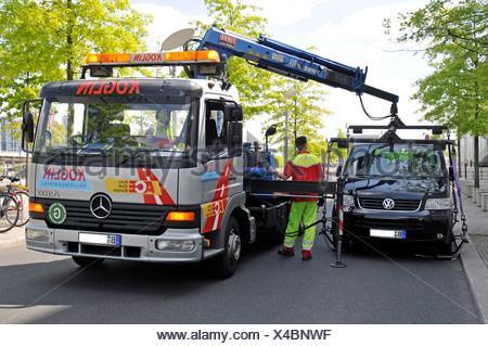 Une voiture en stationnement illégal est remorquée, Berlin, Germany, Europe Banque D'Images
