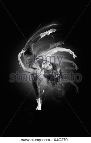 Femme dansant flexible Banque D'Images