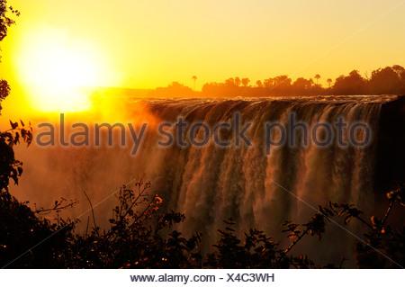 L'Afrique, le Zimbabwe, le Zambèze, fleuve, le sud de l'Afrique, les chutes Victoria, cascade, eau, canyon, gorge, soleil, coucher du soleil