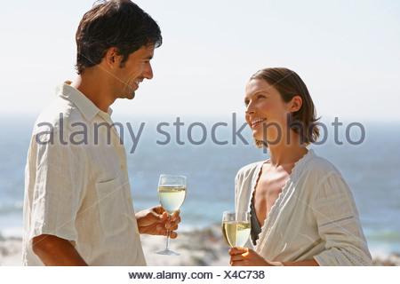 L'homme et de la femme à l'extérieur avec du vin Banque D'Images