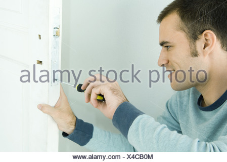 L'homme dépose du porte serrure Banque D'Images
