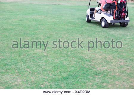 La section basse de l'homme d'âge moyen roulant chariot de golf Banque D'Images