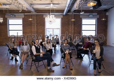 La confiance des entreprises portrait des gens assis dans des chaises dans la salle de conférence Banque D'Images