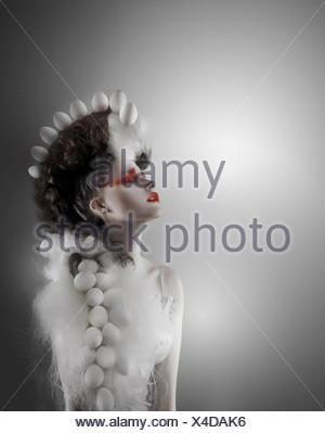 Concept créatif. Titre Femme futuriste avec de magnifiques chapeaux Banque D'Images