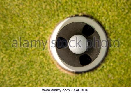 Balle de golf dans le trou