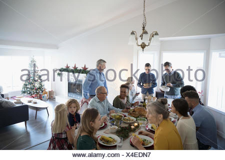 Multi-generation family enjoying Christmas dinner at table Banque D'Images